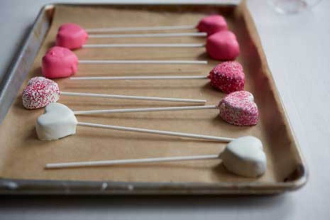 Video: How to Make Valentine's Day Cake Pops