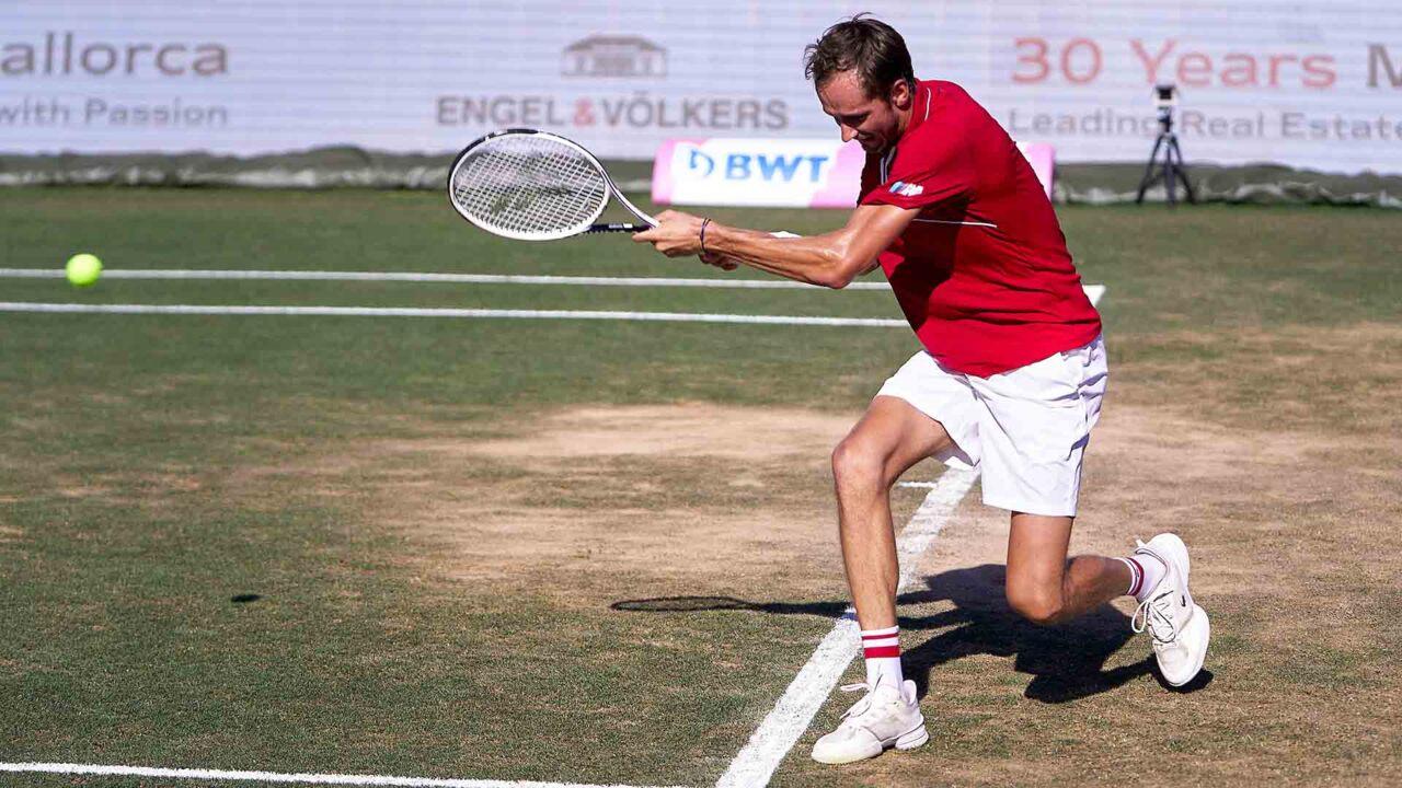 Hot Shot: Medvedev Y El Globo perfecto Para Pasar A Querrey En Mallorca