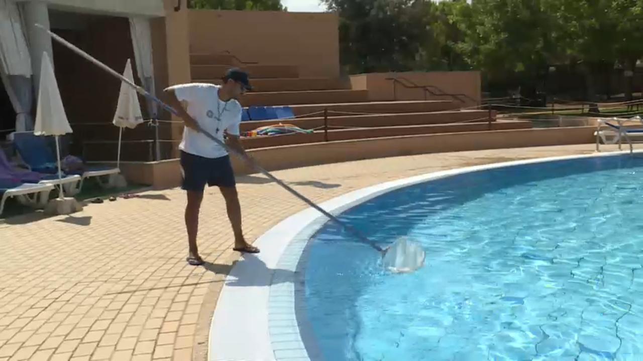 Els ajuntaments denuncien l'alt cost econòmic i mediambiental de netejar les piscines