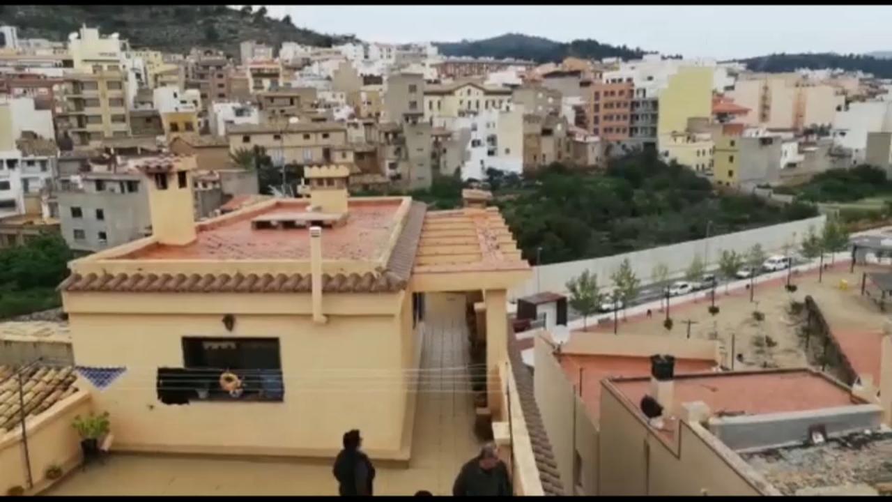 El veïnat ha cantat des dels balcons el tradicional 'Ous, ous', la cançó típica que es canta cada dilluns de Pasqua