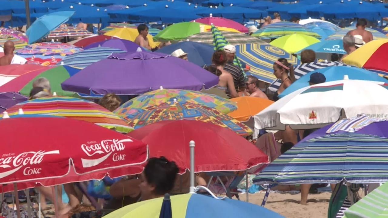 Una catifa de parasols s'extenen a la platja de LLevant de Benidorm