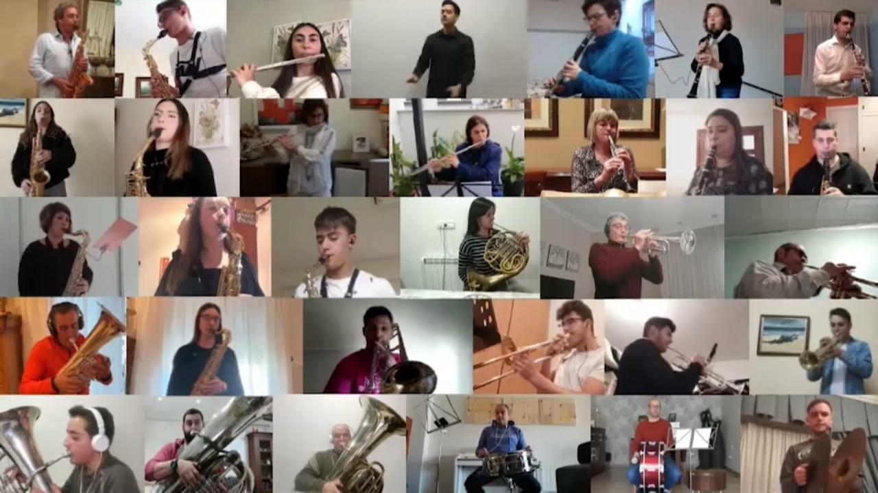 Músics connectats toquen la peça en Zoom
