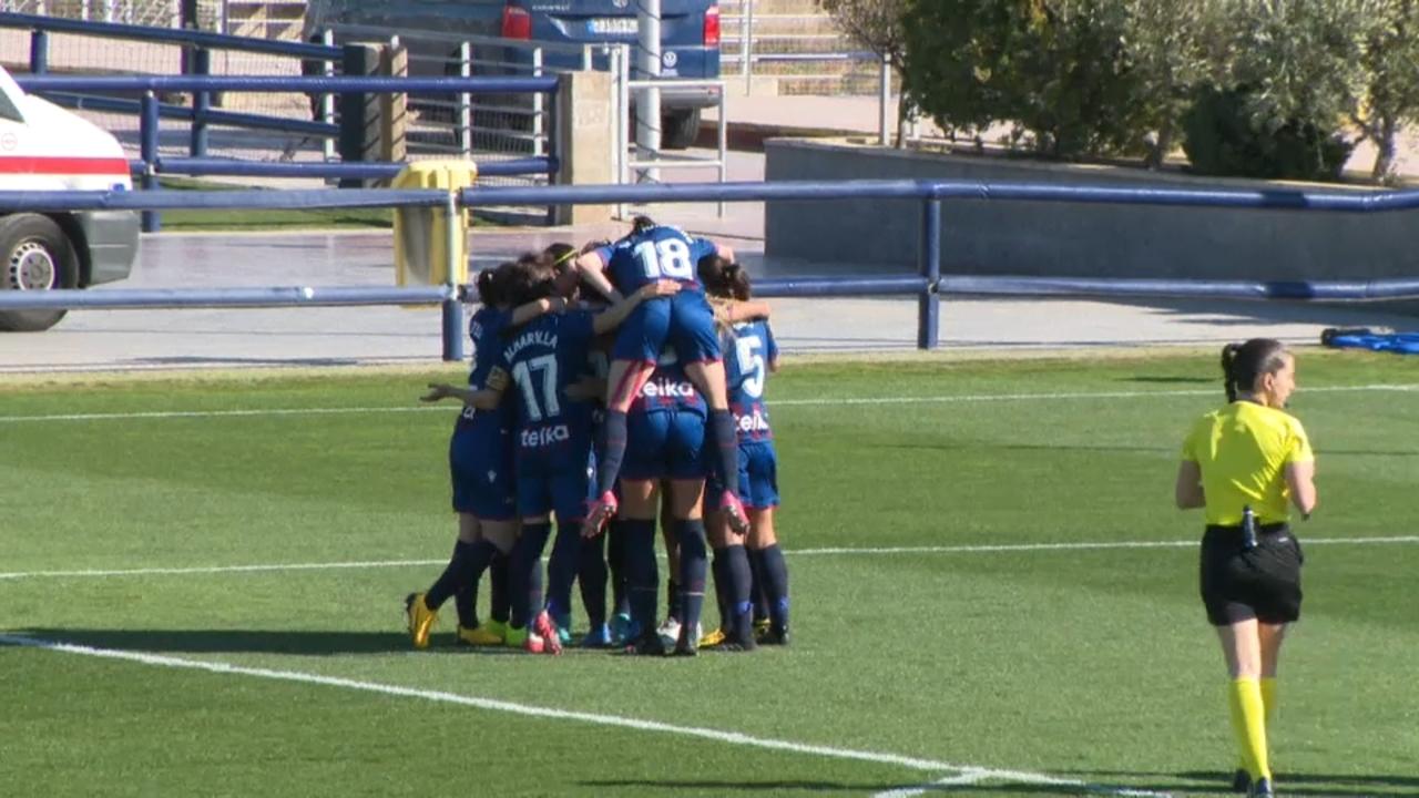 El Llevant femení celebrant un gol