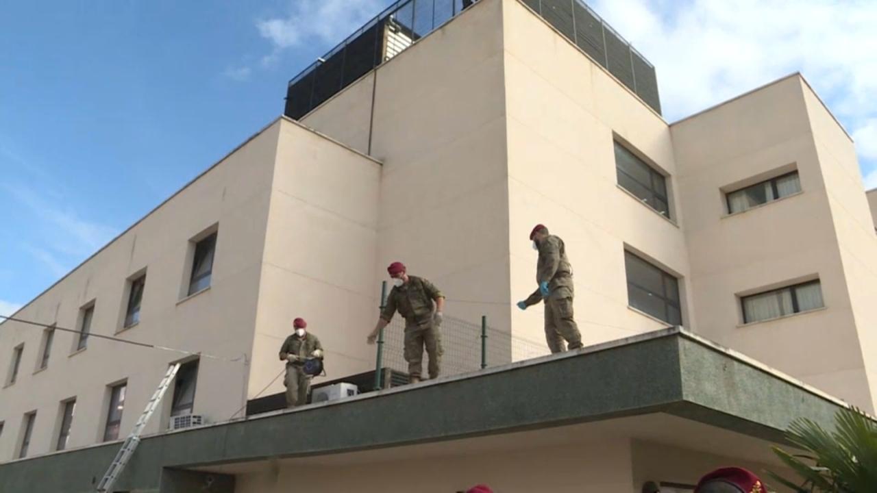 Militars construixen un passadís per a traslladar els majors que no necessiten hospitalització