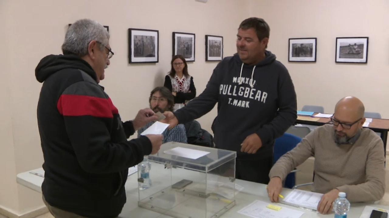 El fred no ha impedit dipositar el vot als electors més matiners
