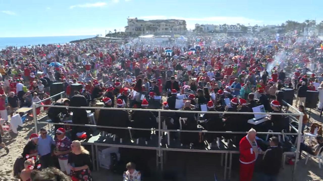 Milers d'estrangers celebren el dia de Nadal a la platja d'Oriola