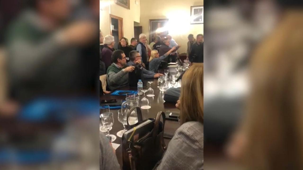 Els manifestants interrompen el ple de l'Ajuntament de Carcaixent