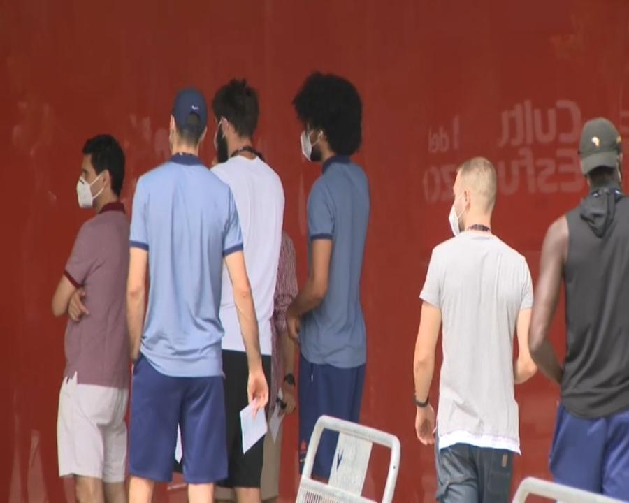 Els jugadors del València Basket arriben a l'Alqueria per a fer-se el test