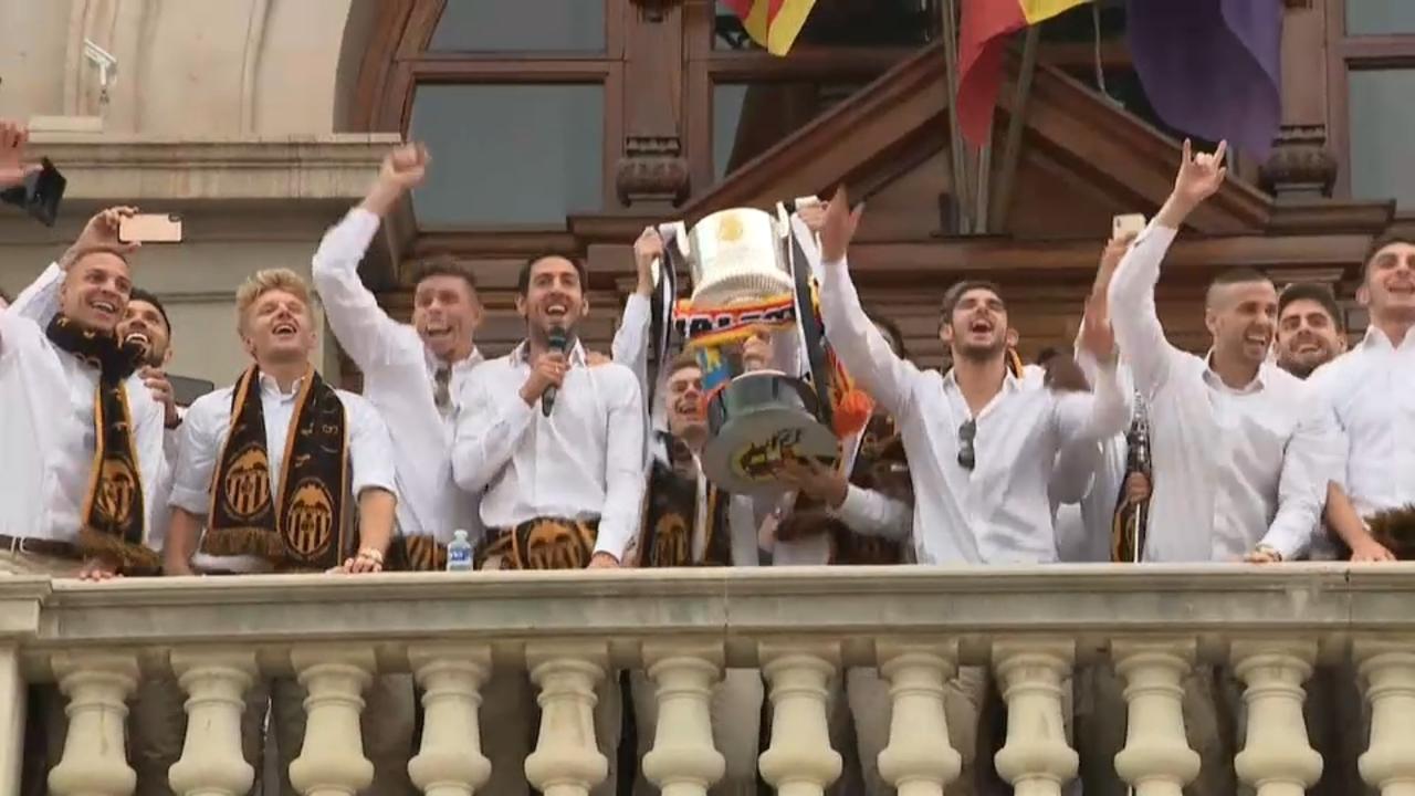 Els jugadors del València oferint la Copa a l'afició des del balcó de l'Ajuntament