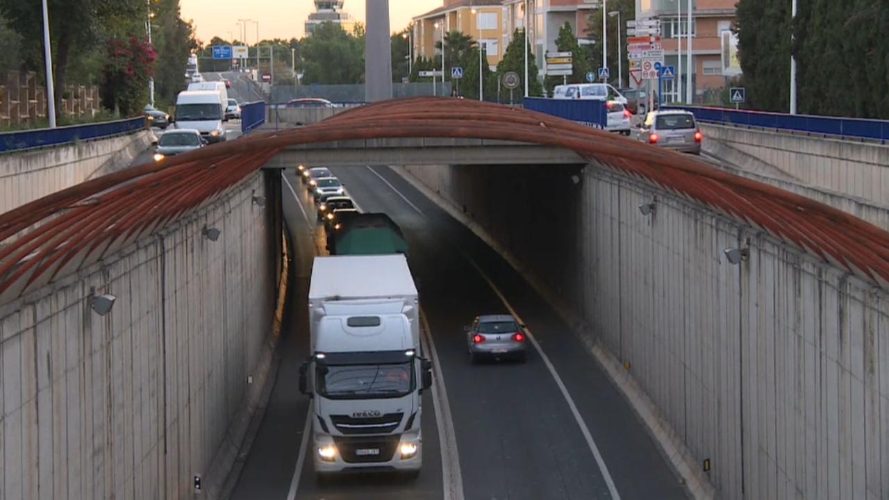Llarges retencions de trànsit al seu pas per Manises