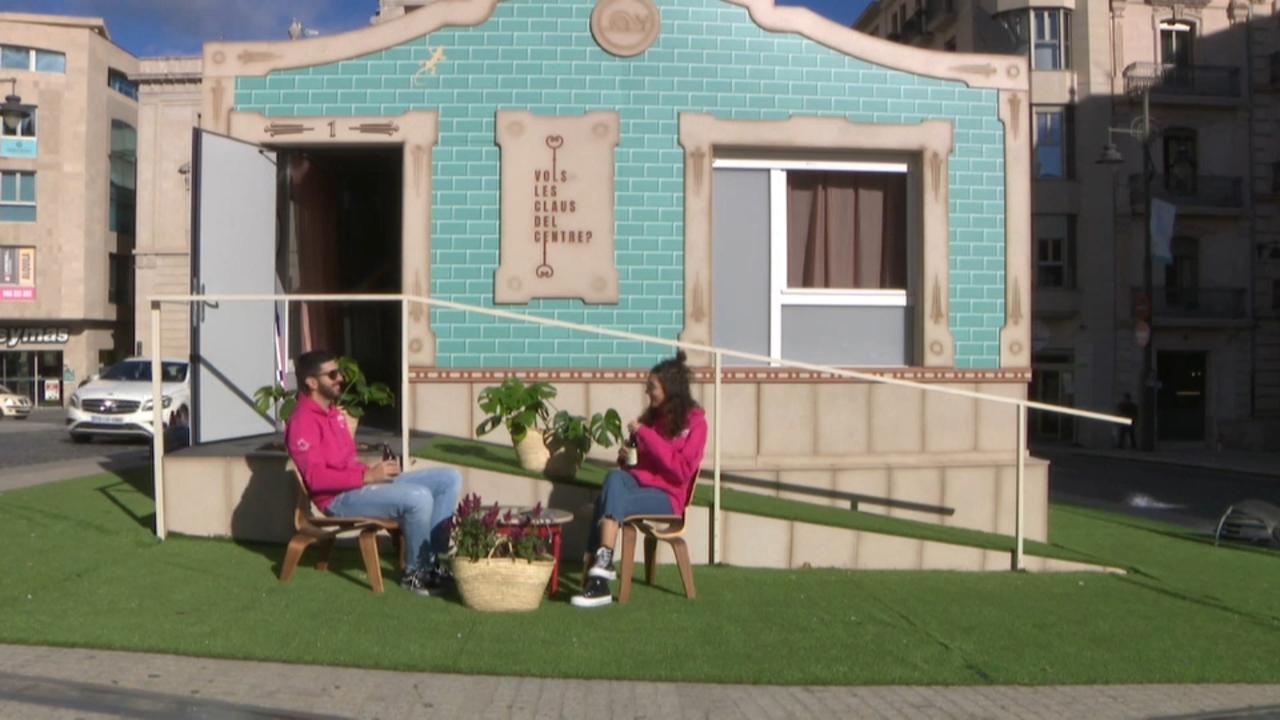 Dues parelles viuen durant sis dies en una casa provisional alçada a la plaça d'Espanya.