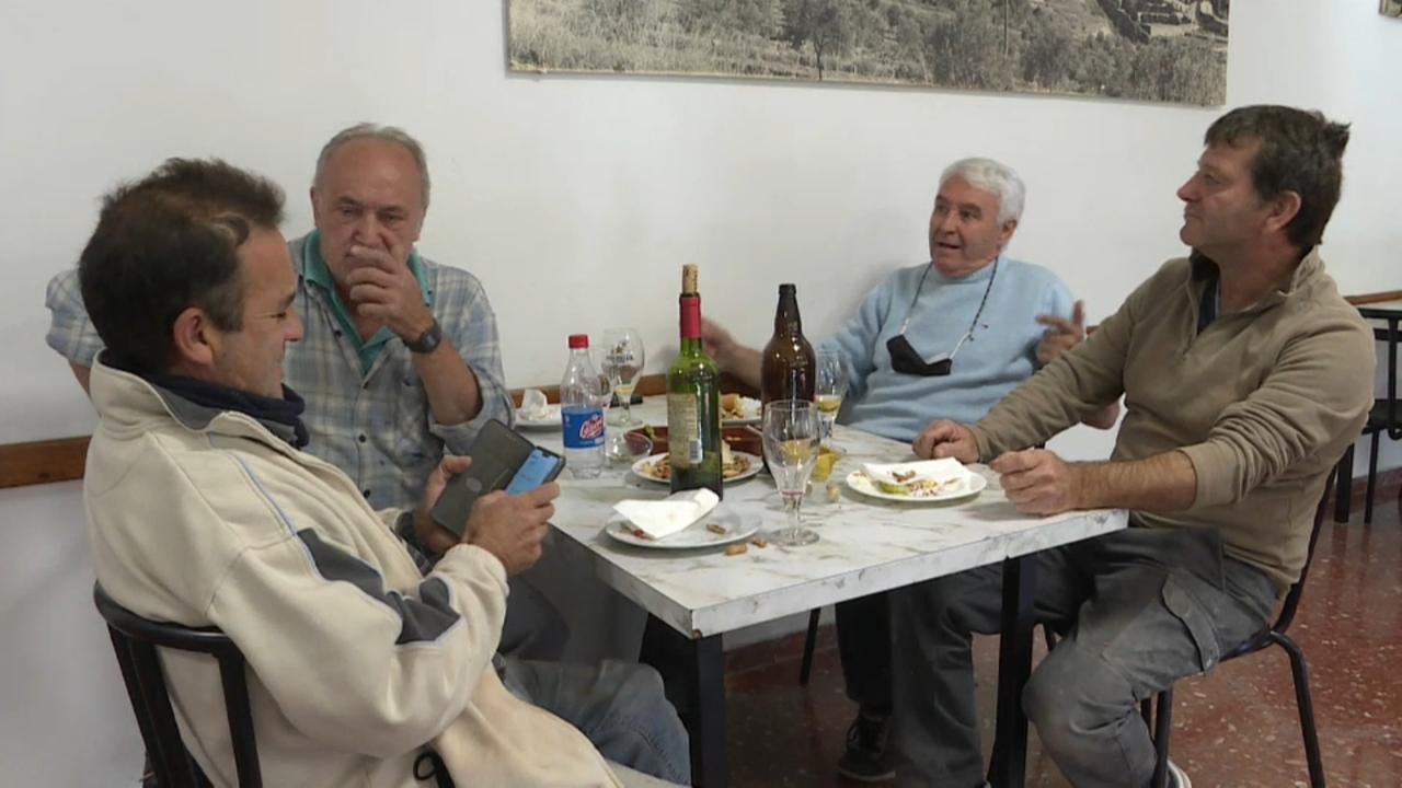 Diversos clients esmorzant en un bar sense mascareta