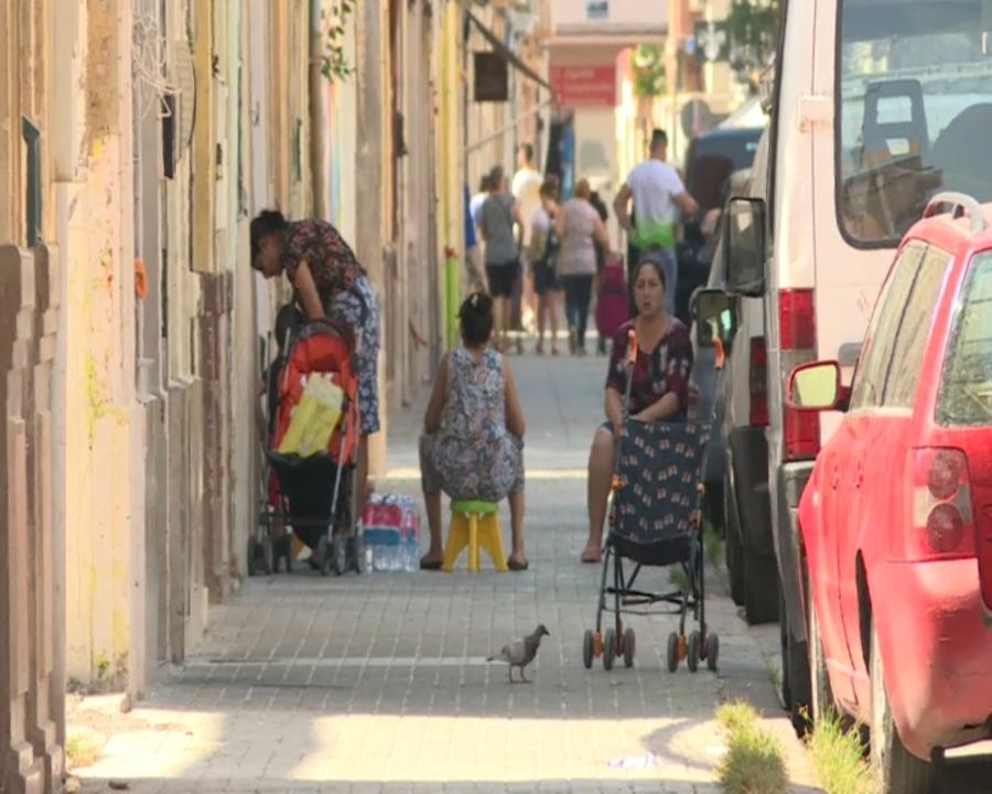 Veïnes del barri del Cabanyal a la porta de casa