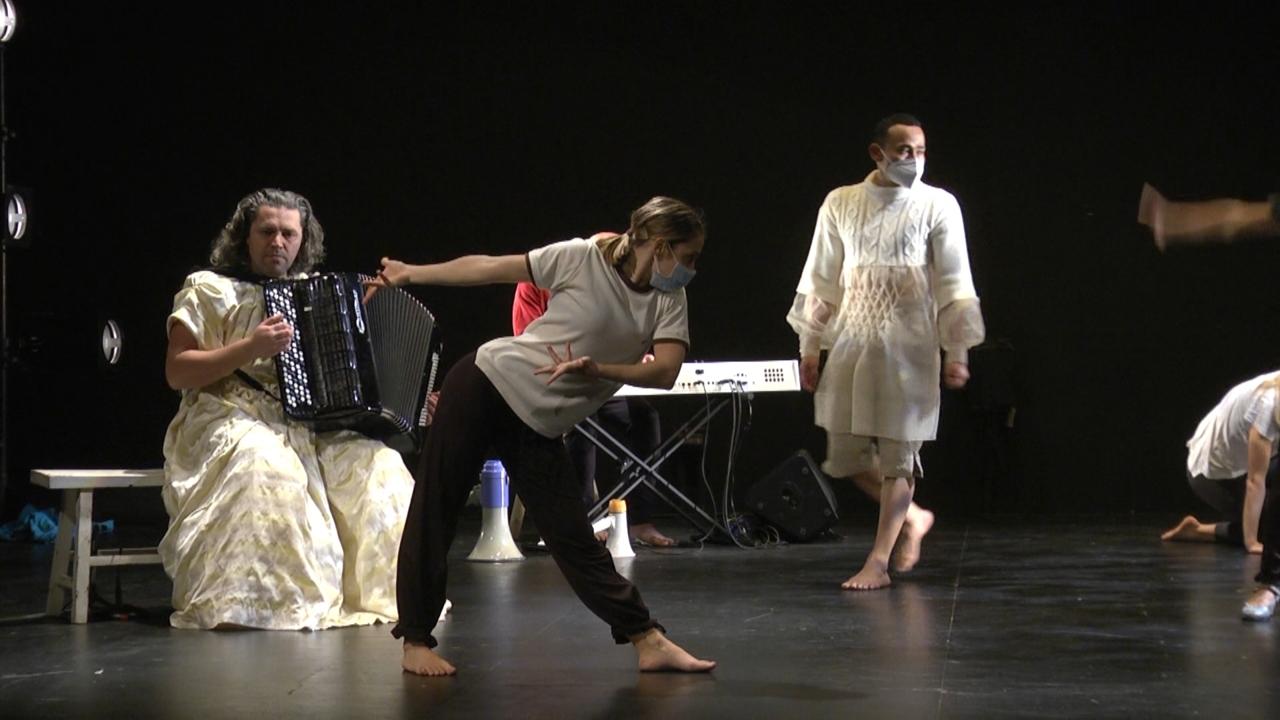És una peça contemporània de dansa que s'ha gestat de forma telemàtica