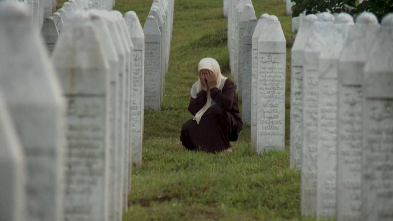 Familiars dels 8.000 homes musulmans denuncien que molts assassins continuen llures