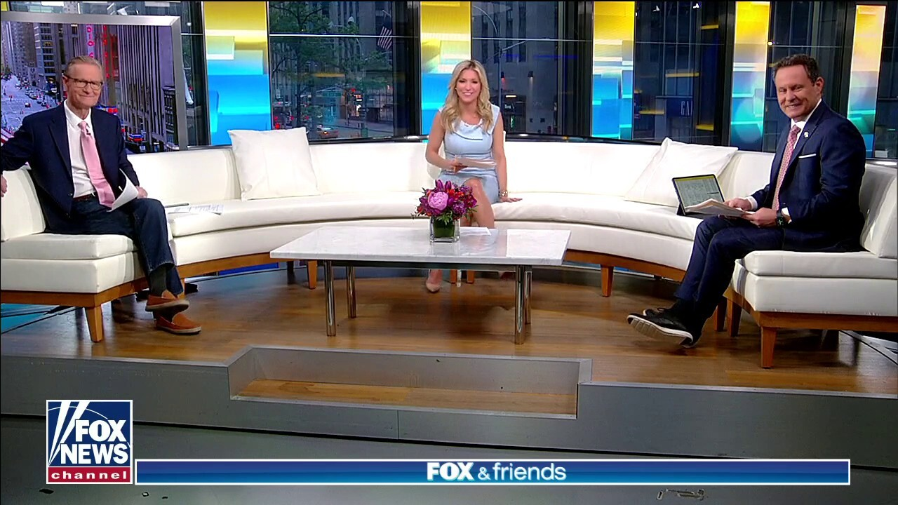 'Fox & Friends' returns to the curvy couch