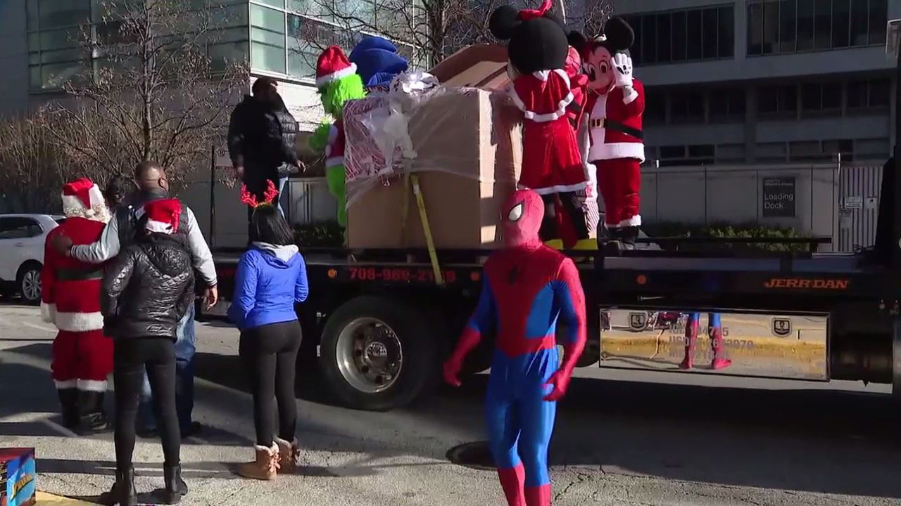 Superheroes surprise Chicago boy for Christmas