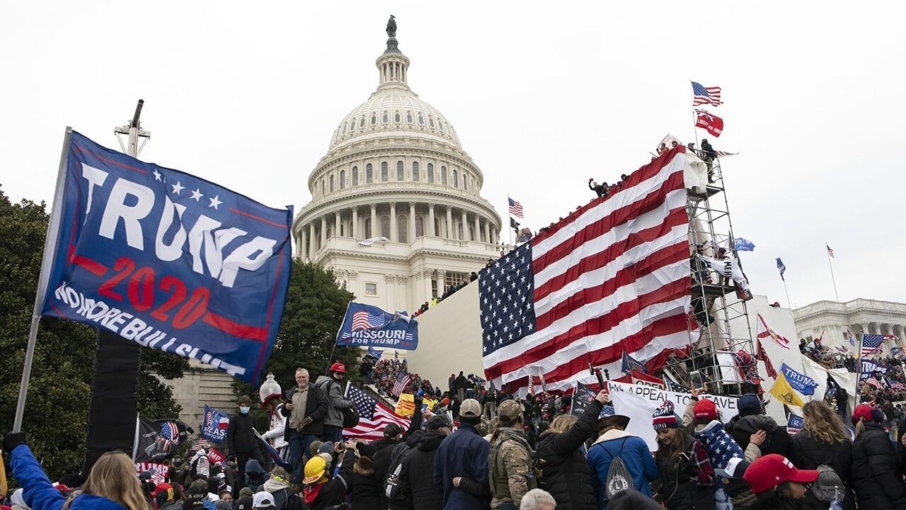 Setelah kerusuhan Capitol, perdebatan yang meresahkan tentang kebebasan berbicara dan imbalan politik