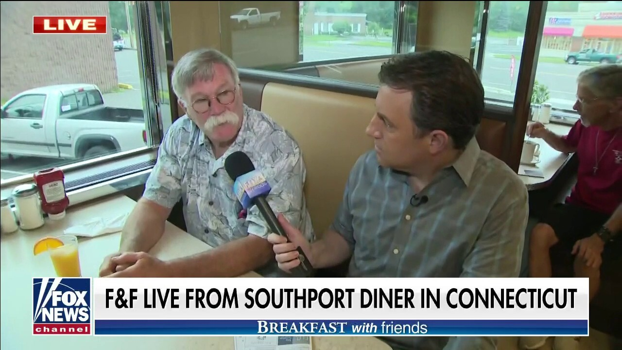Fox News' Todd Piro meets with diners in Southport, CT