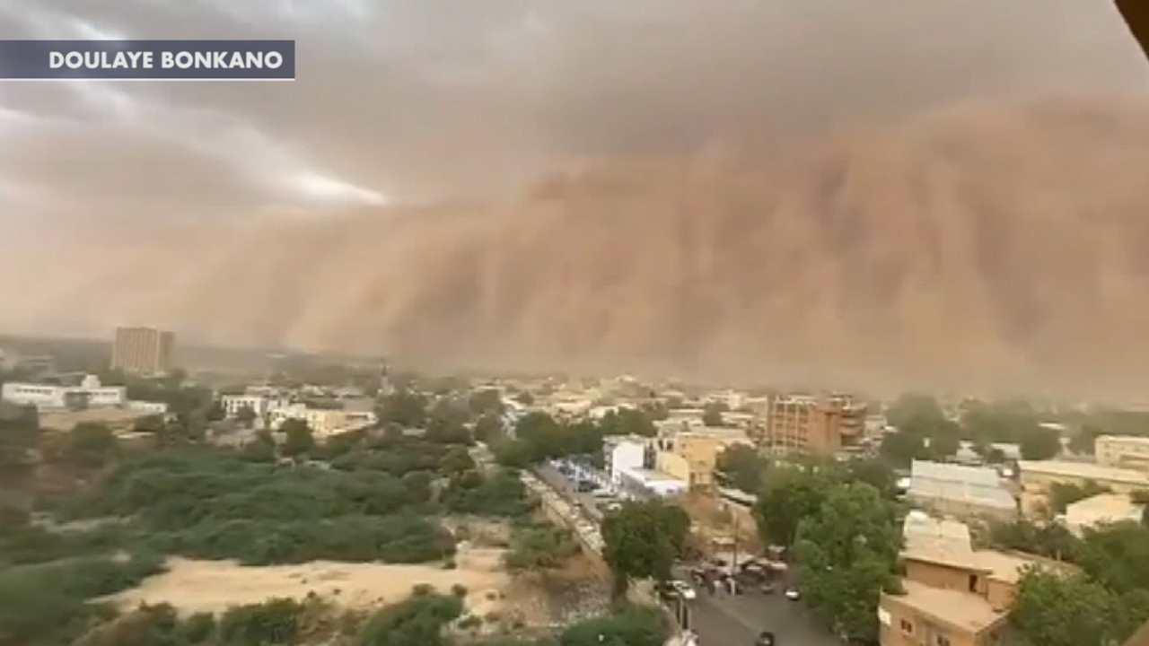 Massive dust storm sweeps towards Niger's capital city
