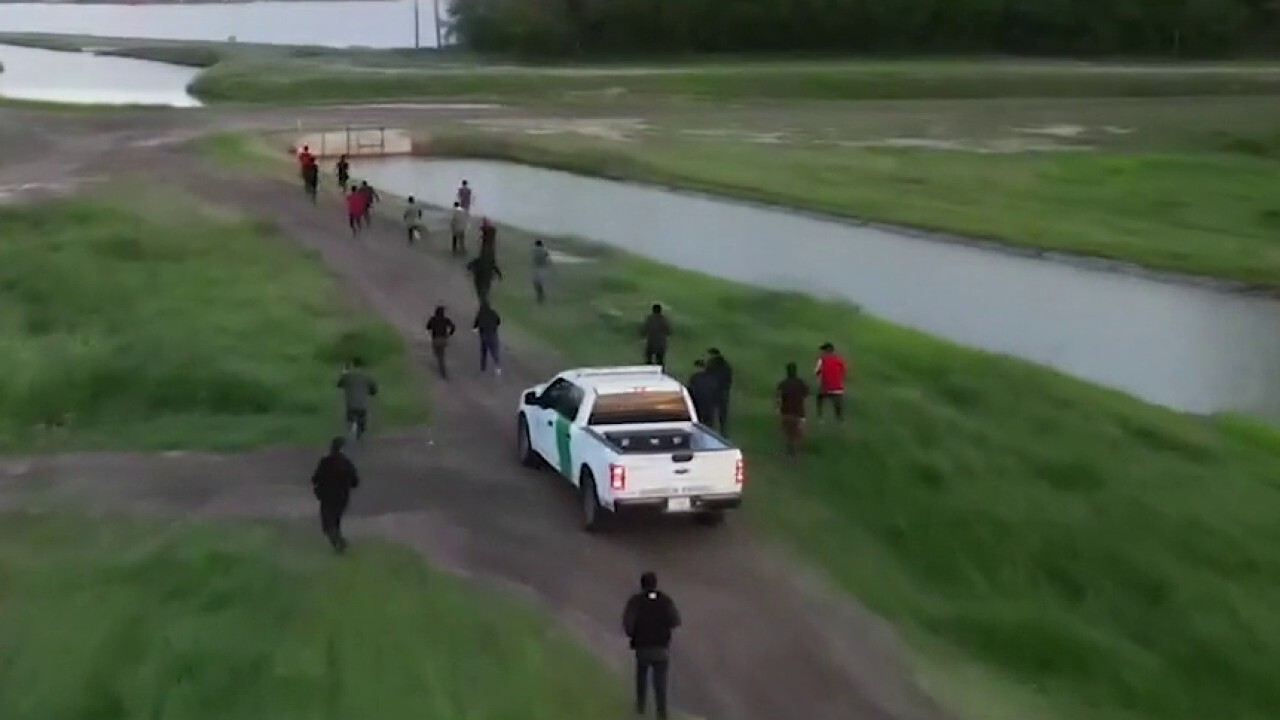 Fox News Flight Team captures migrant group rushing southern border