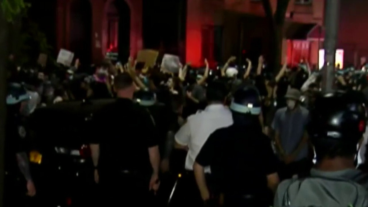 NYPD deescalates tension with protesters in Brooklyn