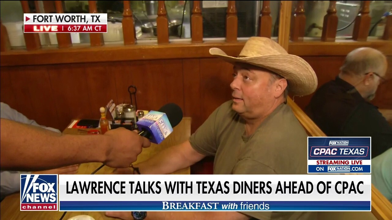 Lawrence Jones talks with Texas diners ahead of CPAC