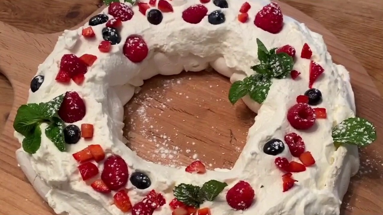 Make Steve Doocy's holiday wreath pavlova from his 'Happy in a Hurry Cookbook'