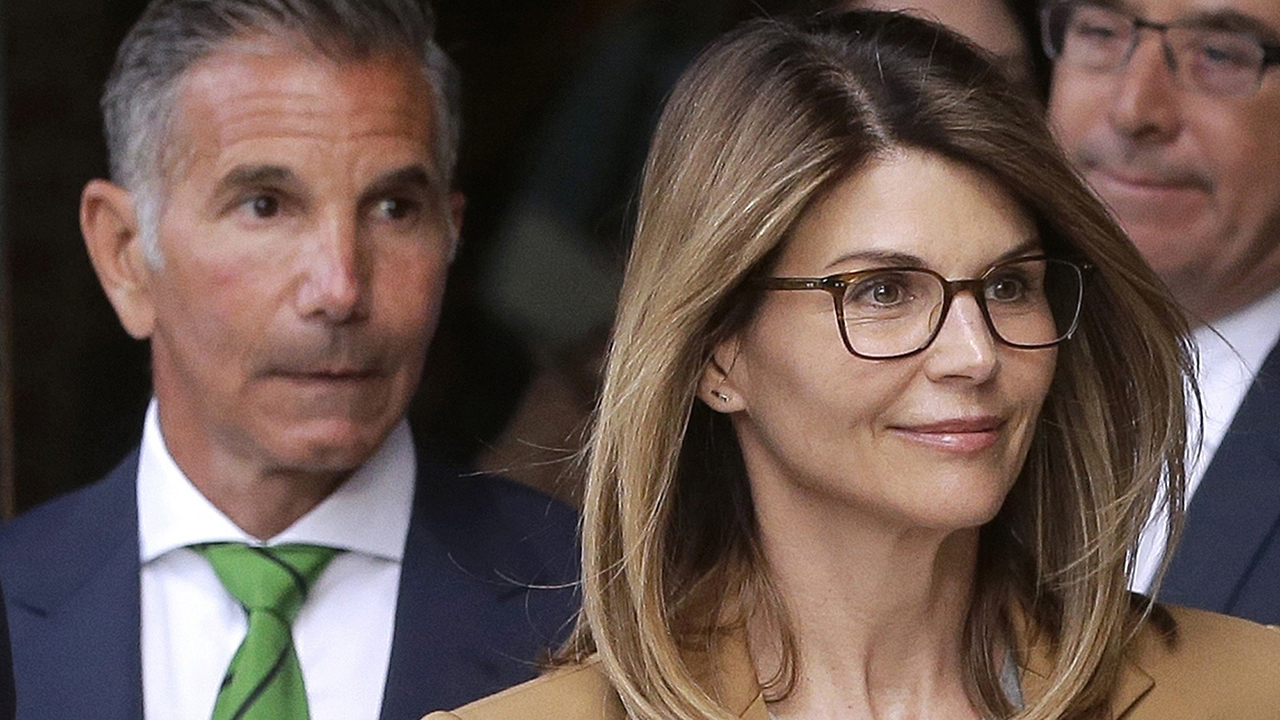 Lori Loughlin, Mossimo Giannulli agree to plea deal in college admissions scandal