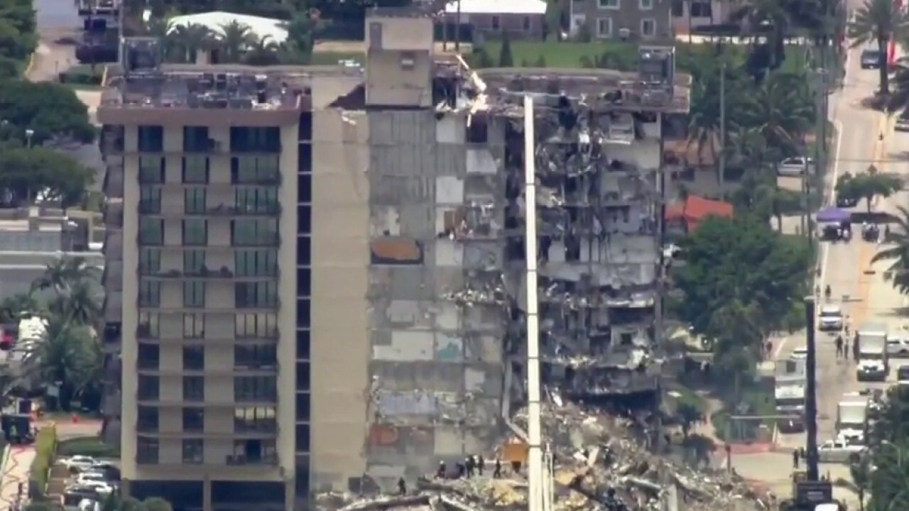 Families of missing Floridians visit site of condo collapse