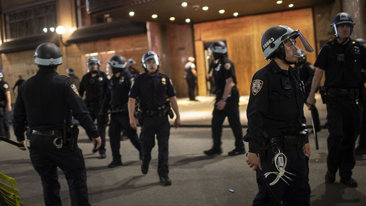 NYPD outnumbered by groups of looters in Midtown Manhattan