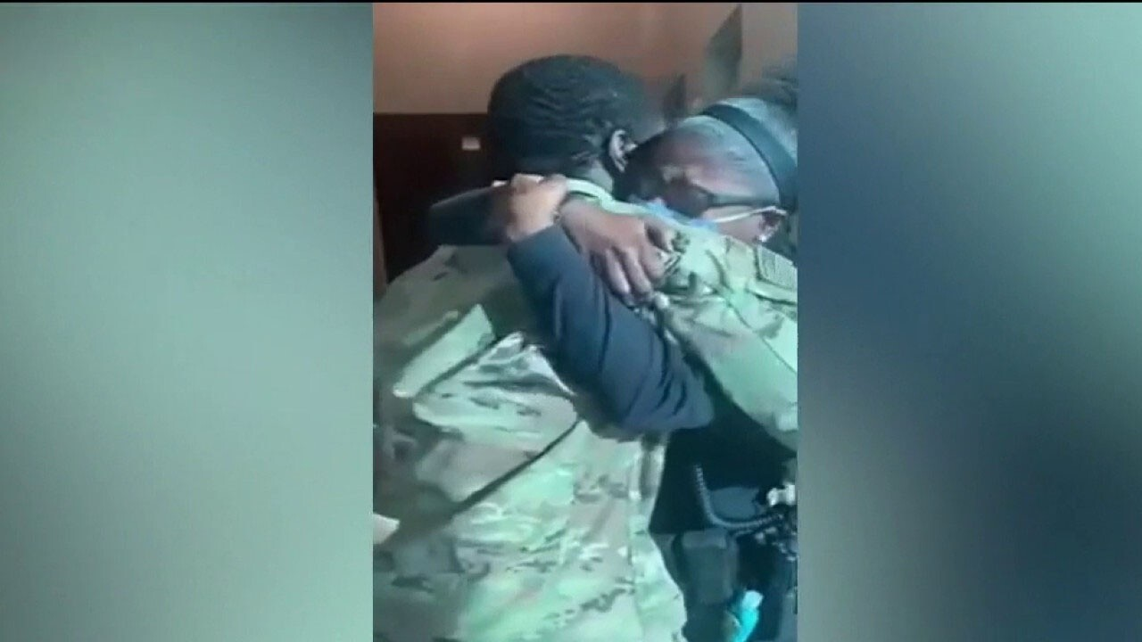 Military son surprises his police sergeant mom for the holidays