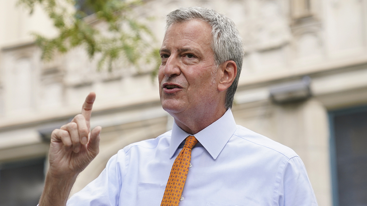 De Blasio makes last-minute decision to delay in-person learning for public school students