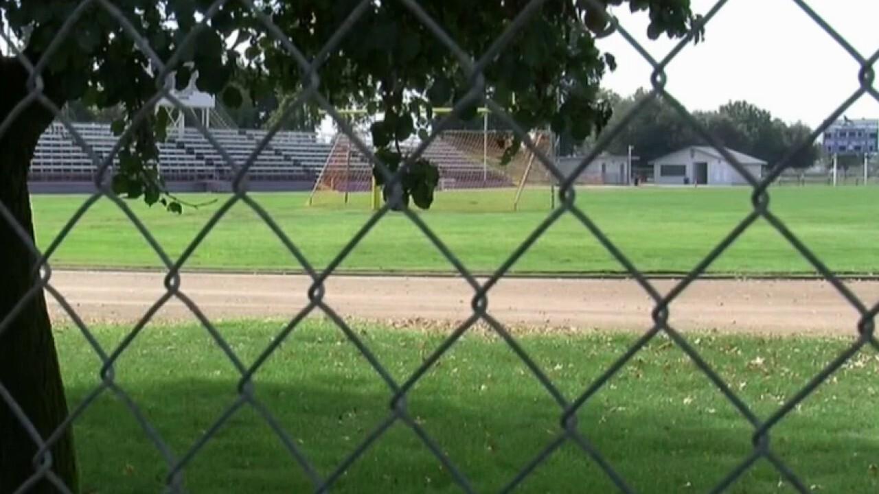 """L'allenatore di football del liceo californiano avverte che i ragazzi stanno """"perdendo la speranza"""" quando sono bloccati"""
