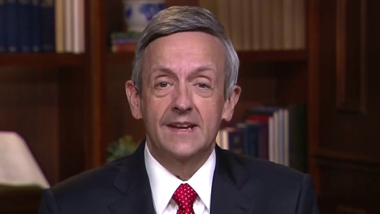 Pastor Robert Jeffress urges church members to get vaccinated