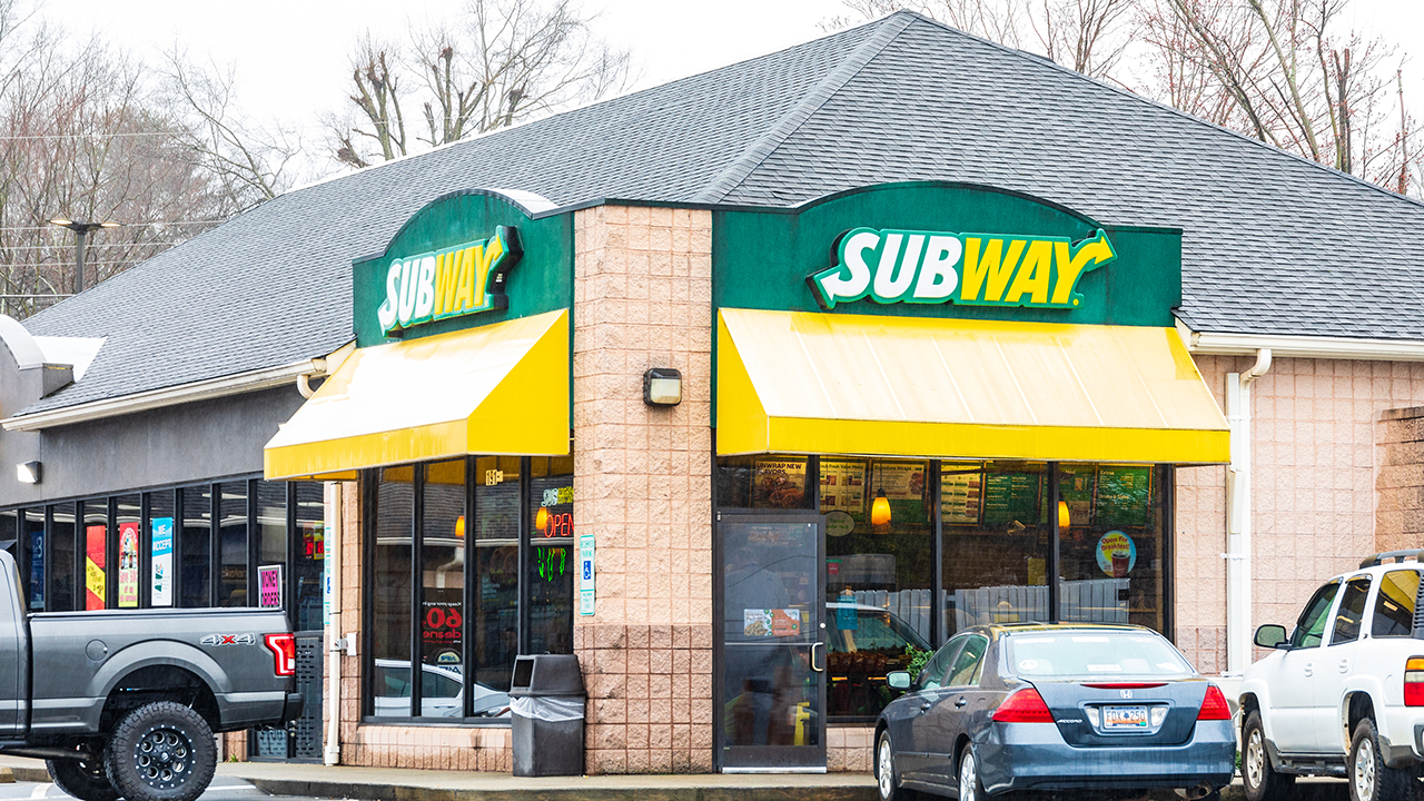 Subway Restaurants CEO John Chidsey outlines what the company is doing to find workers amid a 'tough environment' and addresses the tuna controversy, saying sandwiches contain '100% tuna.'