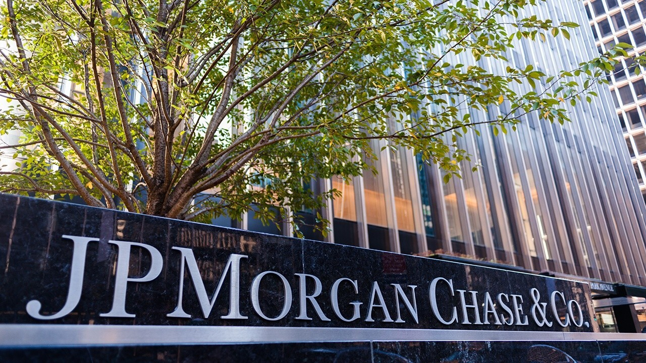 Vining Sparks Director of Bank Advisory Marty Mosby provides insight into JPMorgan Chase posting stronger-than-expected second quarter earnings.