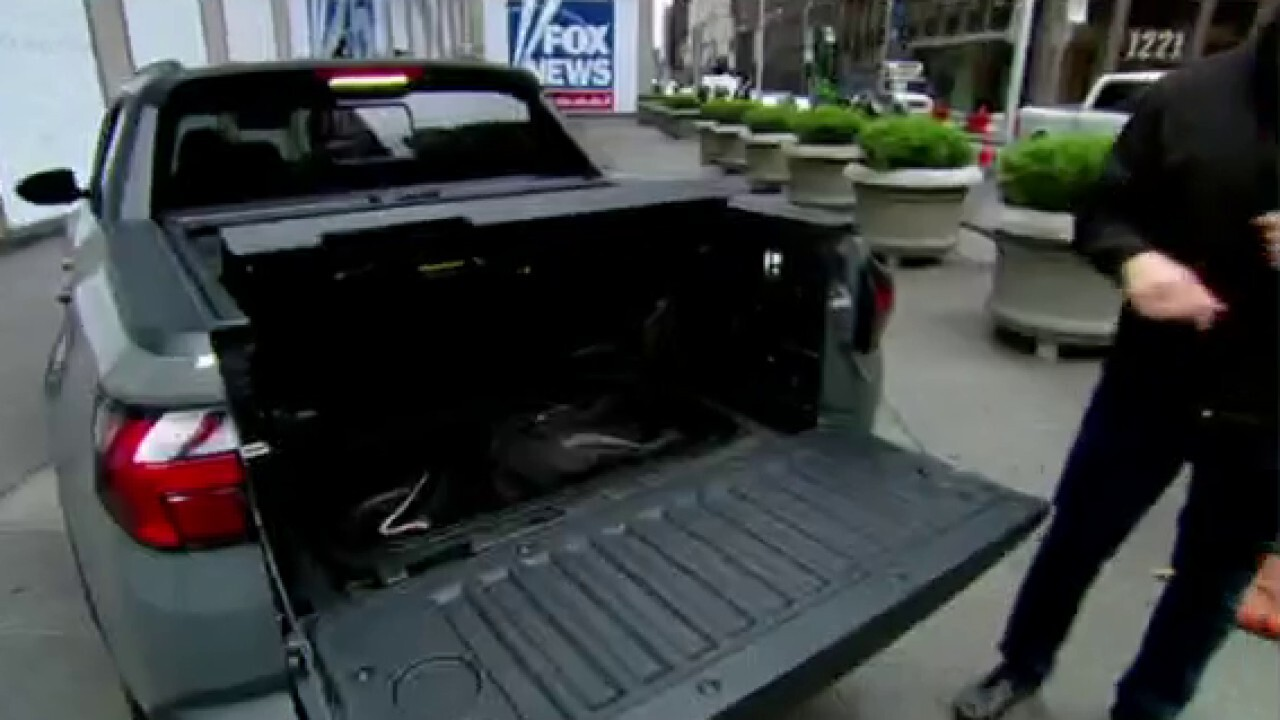 Car analysts say small pickup trucks are trending. FoxNews.com automotive editor Gary Gastelu with more.