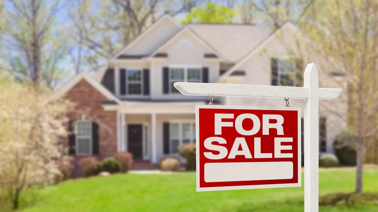 The real estate industry is seeing more competition in suburban markets. FOX Business' Grady Trimble with more.